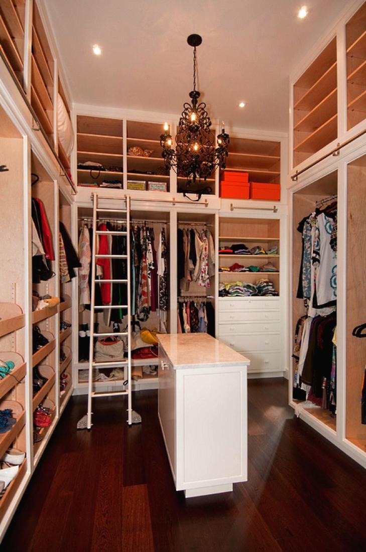 Приставная лестница в гардеробной.