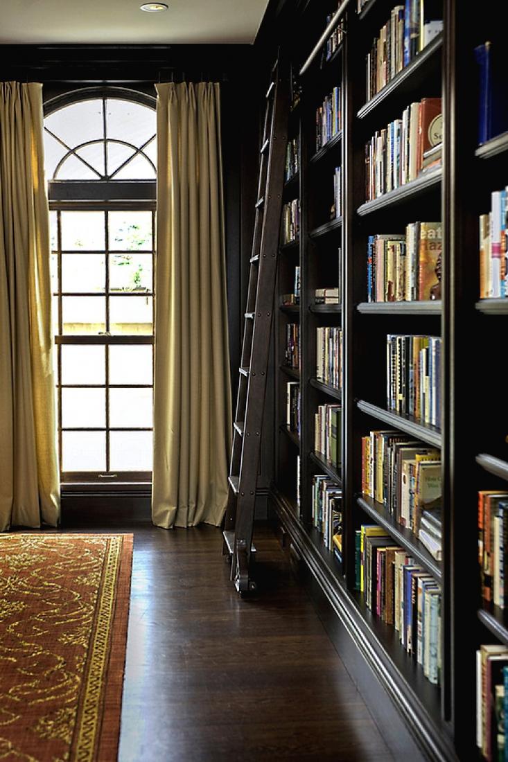 Приставная лестница в библиотеке.